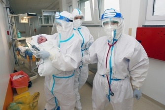 Подключенная к ИВЛ петербурженка с COVID-19 успела родить ребенка и умерла.