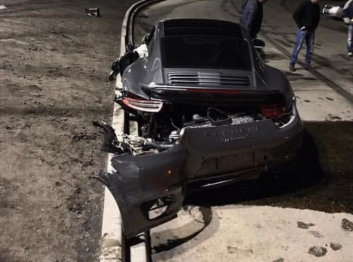 Владельцу разбитого спорткара отказали в замене авто