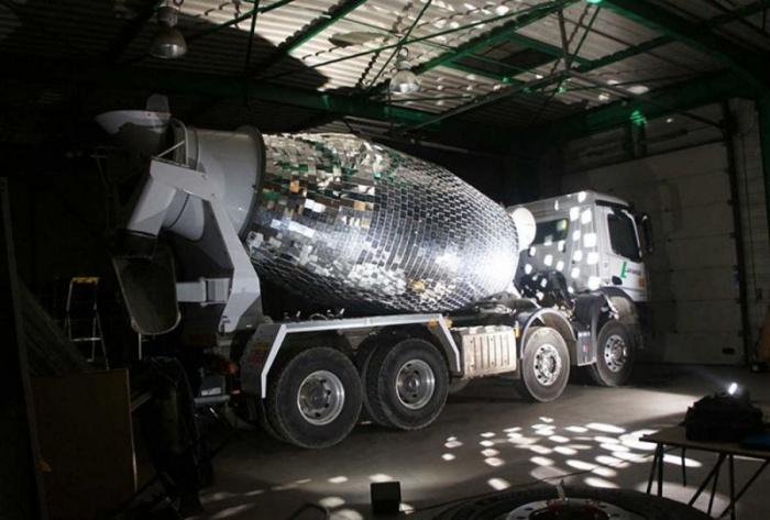 Огромный диско-шар на бетономешалке
