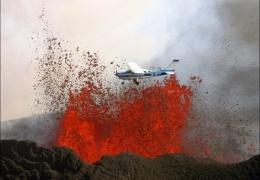 Экстремально низкий полет над извергающимся вулканом