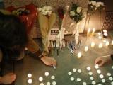 ФОТО: французы несут цветы и зажигают свечи в память о погибших в редакции Charlie Hebdo