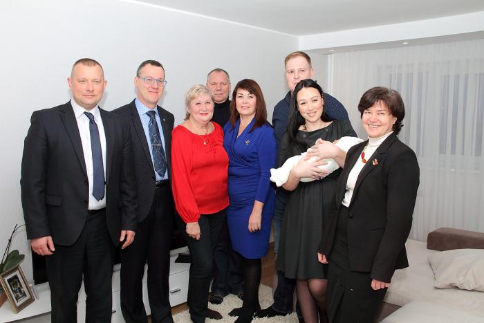 Новорождённая нарвитянка Ева получила подарки от Ивангорода