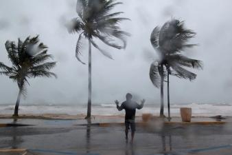 """Ураган """"Ирма"""" ослабел, но по-прежнему угрожает Флориде"""