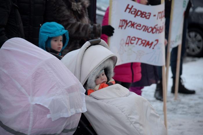 Пикет против закрытия детского отделения в Нарвской больнице прошел очень бурно