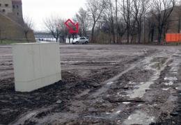 Власти Нарвы недовольны паркующимися на грунте у Липовки водителями