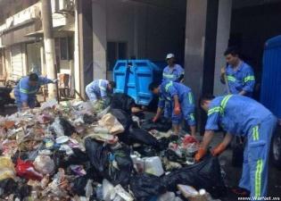 Шанхайские дворники три часа копались в пяти тоннах мусора, чтобы найти потерянный туристами iPhone