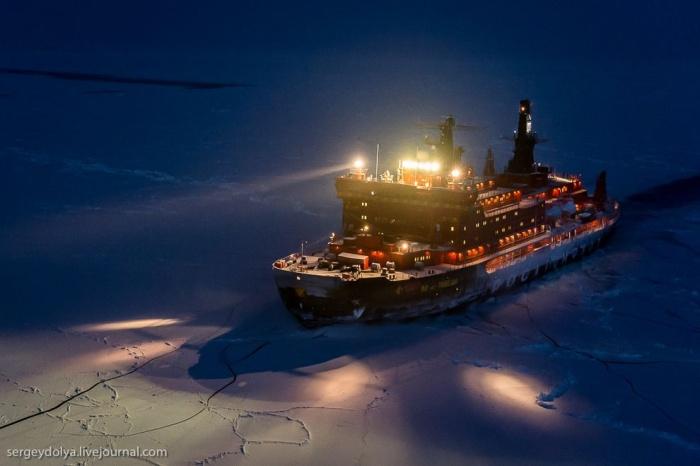 Уникальные фотографии ледокола с воздуха на Полюсе в условиях полярной ночи