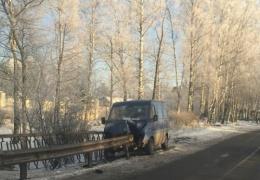Фургон оказался нанизанным на дорожный отбойник