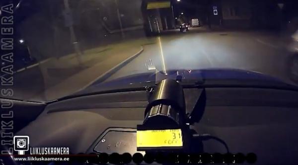 В Нарве в ДТП пострадали подростки, убегавшие от полиции на угнанном автомобиле