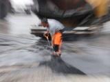 Асфальт в Нарве укладывали прямо в лужи