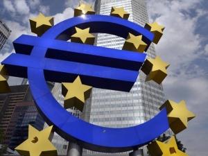 Экономика еврозоны все больше замедляется, евро проигрывает доллару