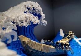 Знаменитую гравюру «Большая волна» собрали из 50 000 деталей LEGO