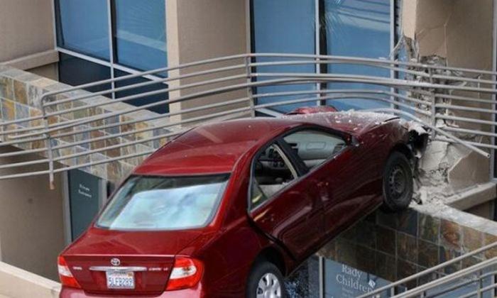 Припарковала автомобиль в воздухе на высоте 6 метров