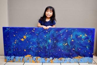 5-летняя художница помогает нуждающимся детям, продавая удивительные картины