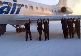 Пассажиры в аэропорту Игарки подтолкнули примерзший самолет (ВИДЕО)