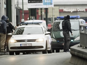 После рейдов полиции в Брюсселе задержаны семь человек - двое их них попали на камеры наблюдения во время терактов