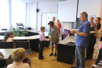В Нарве прошло вручение подарков первоклаccникам из малоимущих и многодетных семей