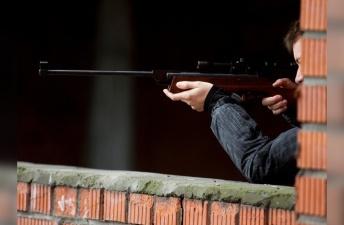 На парковке в Нарве мужчина открыл из пневматики стрельбу по подросткам