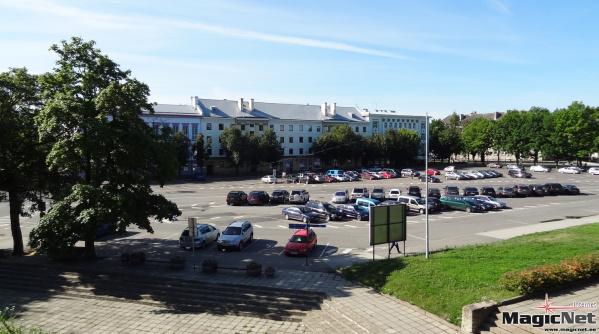 Власти Нарвы принялись за активную борьбу с неправильной парковкой на Петровской площади