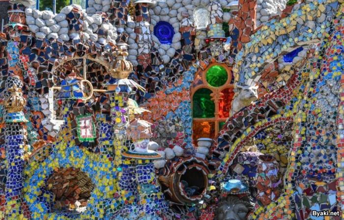 Дом-мозаика из хлама, на который создатель потратил семь лет и 100 000 евро