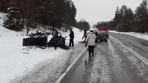 В Ида-Вирумаа столкнулись два автомобиля: один погибший, пятеро пострадавших