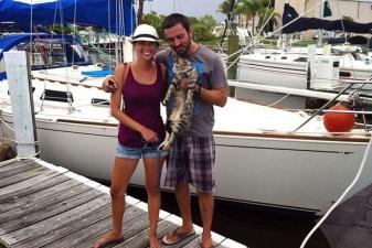Семейная пара продала все имущество и отправилась в путешествие на яхте с котом