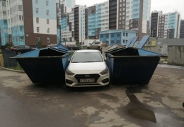 Мусоровоз наказал за неправильную парковку
