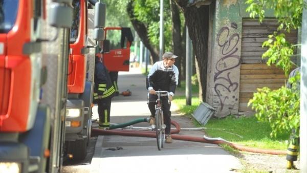 Дети несколько дней подряд поджигают мусор в заброшенном доме в Нарве