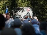 Люди несут цветы к Бронзовому солдату