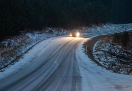 Полиция призывает водителей быть максимально осторожными - дороги скользкие