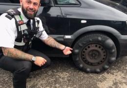 В Великобритании полицейский остановил автомобиль с пузырями по всей шине