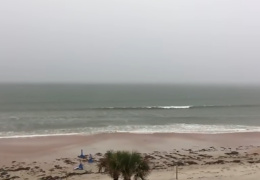 Парень заснял шикарную и огромную грозовую молнию в море
