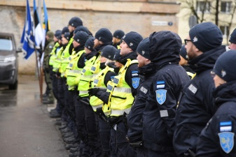 ФОТО: полиция в преддверии годовщины ЭР провела праздничное построение в Нарве