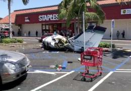 В США пять человек погибли в результате падения самолета на парковку торгового центра