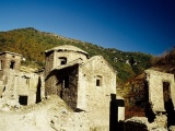 В Италии решили осушить озеро, которое скрывает деревню-призрак