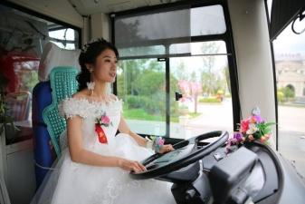 В Китае невеста приехала за своим женихом на автобусе