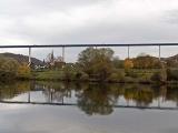 Невероятные фотографии показывают, как люди проходят по мосту Хохмозель в Германии