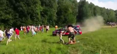 Вылетевший с трассы гоночный автомобиль едва не сбил ребенка