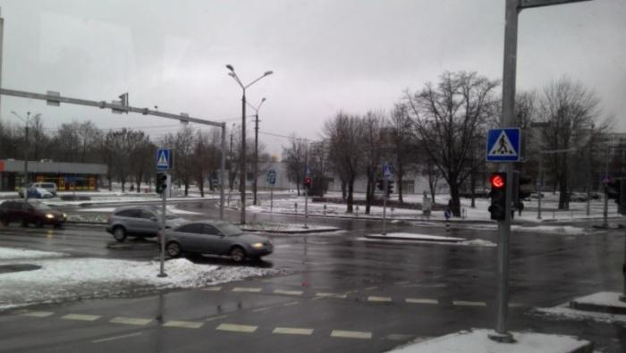В Нарве автомобиль сбил на переходе 16-летнюю девушку