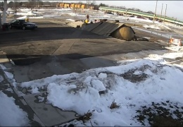 Внезапно на АЗС из земли «всплыл» топливный резервуар