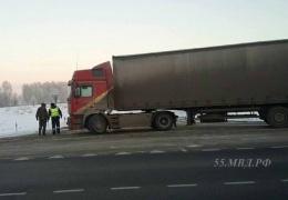 Полицейские спасли дальнобойщика, который едва не замерз на трассе Омск - Новосибирск