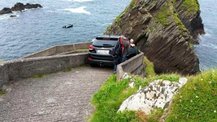 Водитель хотел съехать к побережью по пешеходному спуску