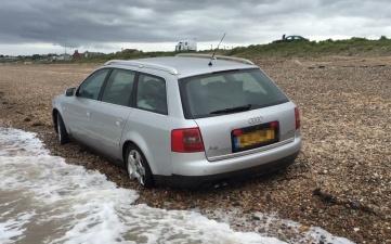 Зря хозяин припарковал Audi на берегу во время прилива