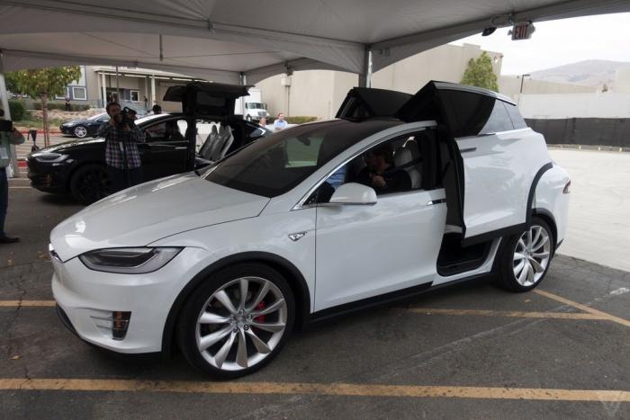 Tesla представила новый кроссовер Model X