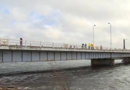 Грузовики проверили на прочность Центральный мост в Пярну
