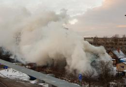 ВИДЕО: в Нарве сгорел заброшенный дом, никто не пострадал